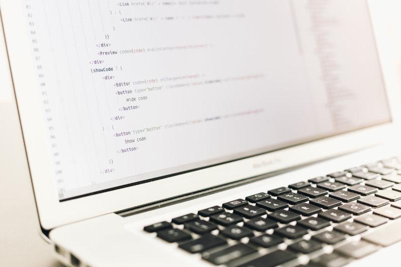 Portátil con código HTML